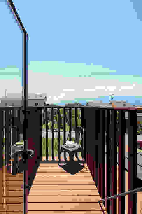 TabHouse: 稲山貴則 建築設計事務所が手掛けたテラス・ベランダです。,インダストリアル 木 木目調