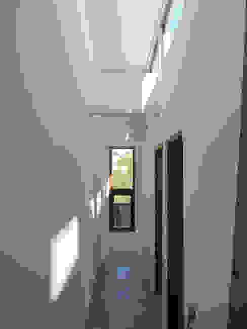 Casa Lomas De Montemar: Pasillos y hall de entrada de estilo  por Lau Arquitectos, Moderno