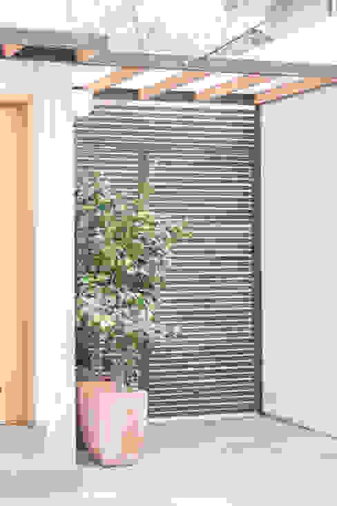 Remodelación de Casa Islas Fidji por Arqbau: Puertas de entrada de estilo  por Arqbau Ltda.