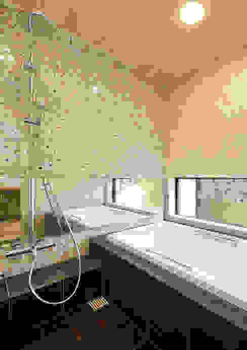 二宮の家 バスルーム Koshigoe Architects 腰越耕太建築設計事務所 オリジナルスタイルの お風呂 タイル ブラウン