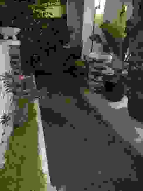 Taman Mungil di Halaman Depan Rumah Balkon, Beranda & Teras Modern Oleh homify Modern