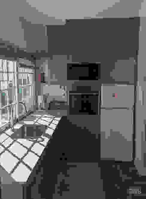 Qualidade moderna com um toque rústico por Moderestilo - Cozinhas e equipamentos Lda Rústico