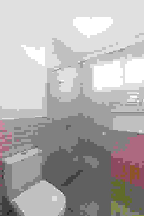 Banheiro Rosa e Branco Jovem e Moderno INÁ Arquitetura Banheiros modernos Azulejo Rosa