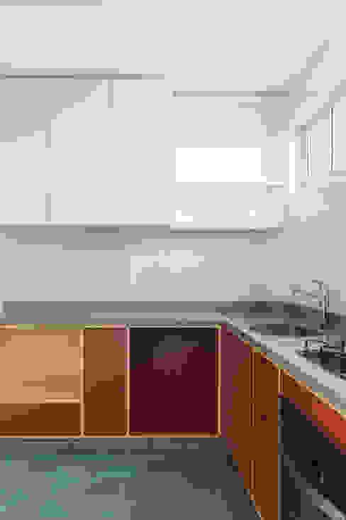 Cozinha vermelha com ladrilhos cinzas e azuis por INÁ Arquitetura Moderno Madeira Efeito de madeira