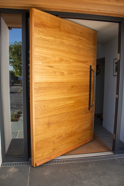 ​Timber Pivot Door made at our joinery in Wadebridge de Camel Glass Moderno Madera Acabado en madera