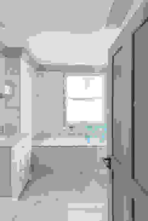 Three Storey Maisonette - Chelsea Classic style bathroom by Prestige Architects By Marco Braghiroli Classic