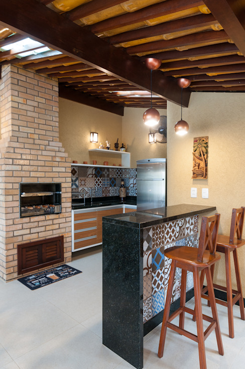 O rústico e aconchegante estilo de fazenda no espaço gourmet Bernal Projetos - Arquitetos em Salvador Condomínios Madeira Efeito de madeira