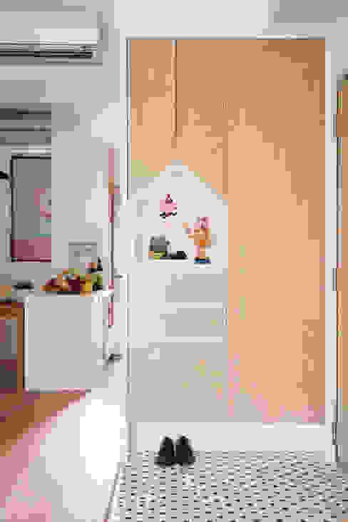 Pasillos, vestíbulos y escaleras de estilo escandinavo de 一葉藍朵設計家飾所 A Lentil Design Escandinavo