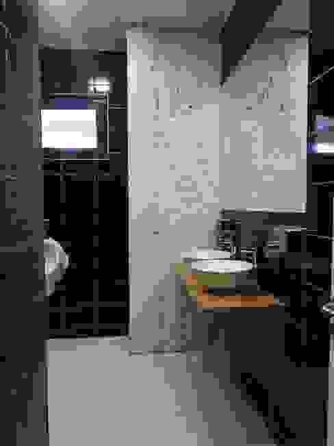 Micro Boulevard Patio Condell U.R.Q. Arquitectura Baños de estilo moderno