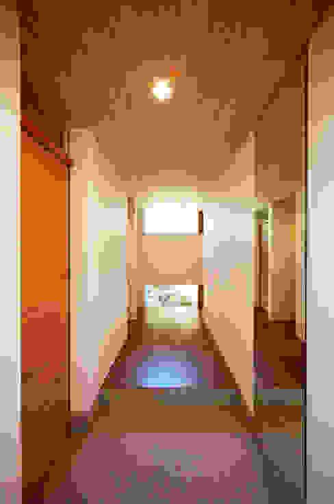 中庭の緑が臨める美しい玄関 kisetsu モダンスタイルの 玄関&廊下&階段 木 ブラウン