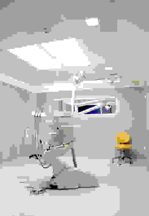 Remodelação de Clínica Dentária Clínicas modernas por ERN Construções Lda Moderno