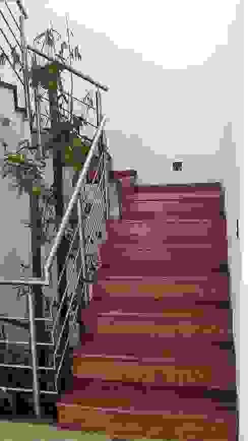 Escaleras:  de estilo  por Maderaje Arquitectónico, S. A. de C.V., Moderno