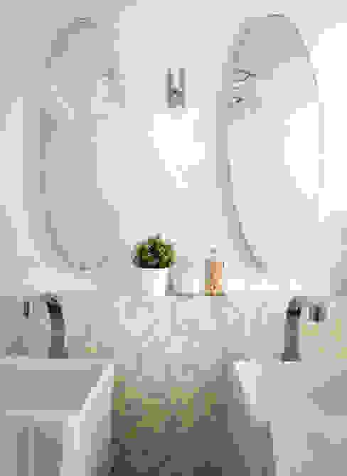 Un lampadario, due specchi, due lavandini e la voglia di abitare. Rifò Bagno in stile classico