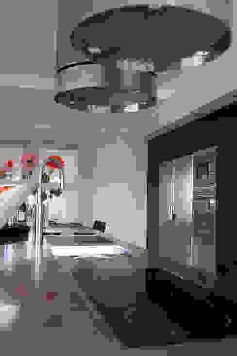 Diseño de cocina nueva en una villa de Sotogrande por Qum estudio Qum estudio, tienda de muebles y accesorios en Andalucía Cocinas integrales Hierro/Acero Acabado en madera