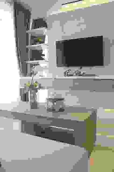 Apartemen Landmark II - Tipe  2 Bedroom (Design I): Ruang Keluarga oleh POWL Studio,