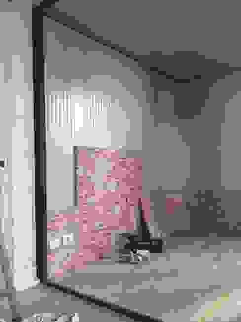 Posa isolamento e pannelli decorativi Cantina moderna di ShoWine Moderno Vetro