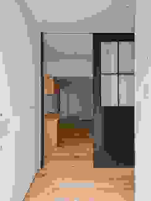 玄関ホールとLDKをやわらかくしきるオリジナルの引戸 株式会社エキップ 引き戸 鉄/鋼 青色
