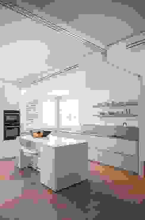 Nhà bếp phong cách tối giản bởi Didonè Comacchio Architects Tối giản gốm sứ