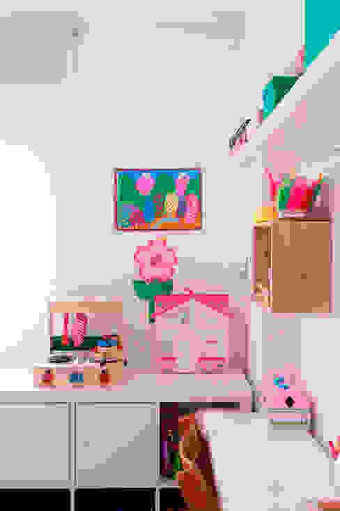 Cuarto infantil con escritorio compartido Isabel Escauriaza Dormitorios infantiles de estilo escandinavo