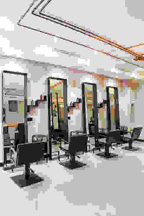 Sax parrucchieri moltefacce srl Negozi & Locali commerciali in stile industrial Grigio