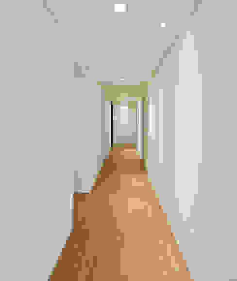 Scandinavian style corridor, hallway& stairs by 디자인 아버 Scandinavian