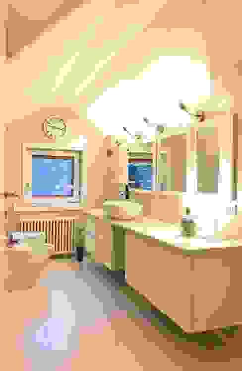 Un bagno su misura - Custom bathroom Designmad Bagno moderno Bianco