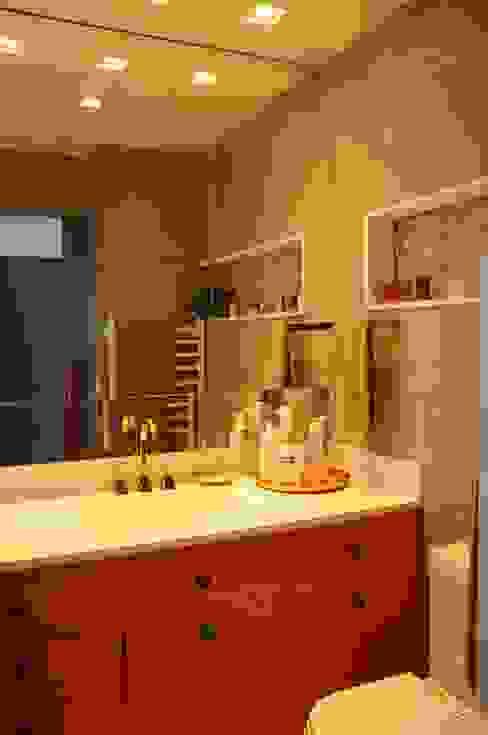 Banheiro com Metais Red Gold Banheiros modernos por MARIA FERNANDA PEREIRA Moderno Cerâmica
