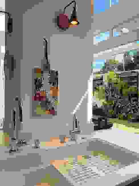 Cozinha Integrada com vista para o jardim por MARIA FERNANDA PEREIRA Moderno Madeira Efeito de madeira