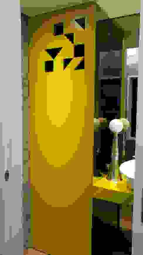 Móvel de casa de banho AtelierAtelier Casas de banho ecléticas Amarelo