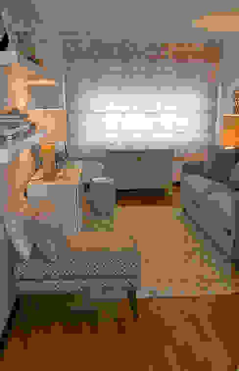 Projeto remodelação de sala TV Tangerinas e Pêssegos - Design de Interiores & Decoração no Porto Salas de estar ecléticas Madeira Azul