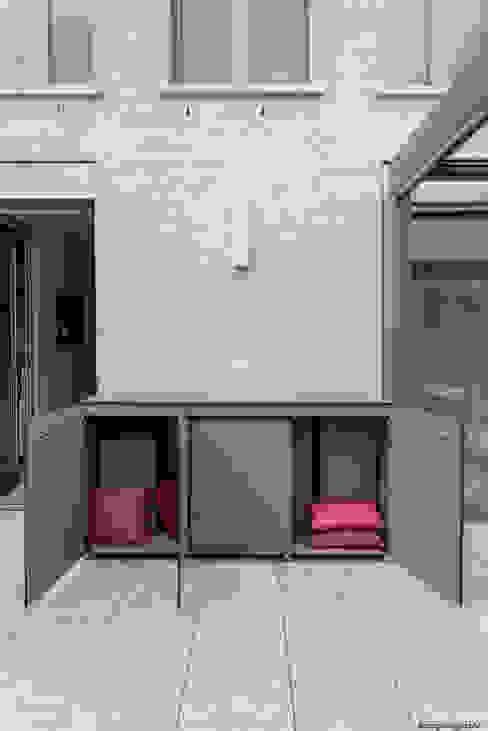 Balkonschrank wetterfest: modern  von design@garten - Alfred Hart -  Design Gartenhaus und Balkonschraenke aus Augsburg,Modern Holz-Kunststoff-Verbund