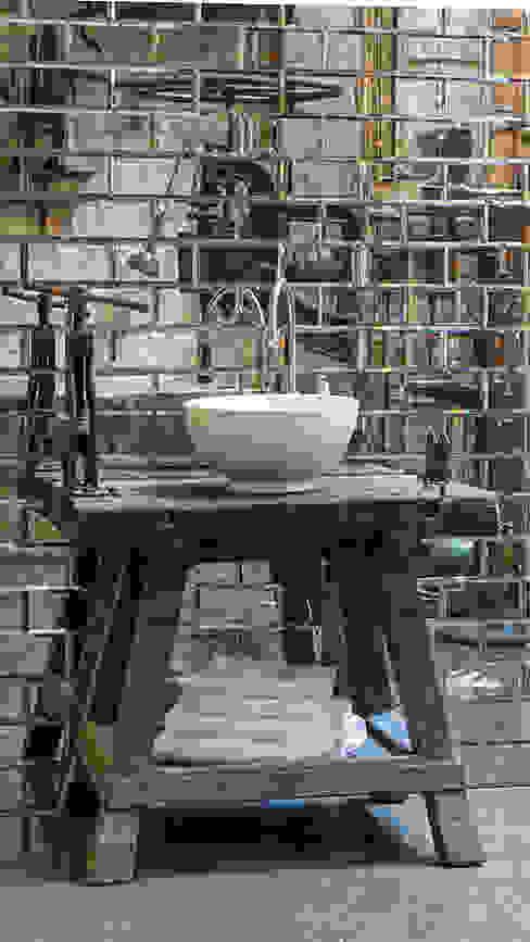 Waschtisch im Industrial Design Traditional Bathrooms GmbH Industriale Badezimmer