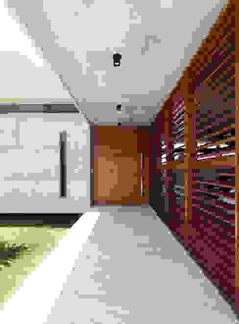 Puertas de estilo  por Martins Lucena Arquitetos , Minimalista