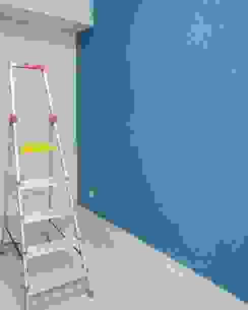 Pekerjaan perapihan lantai dan dinding baru Ruang Studi/Kantor Modern Oleh homify Modern Batu Bata
