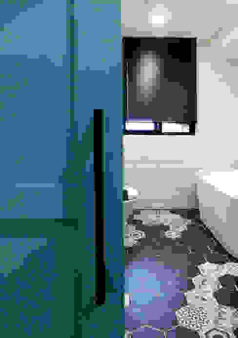 下雨莫驚慌!用防水窗簾就不用怕!–Lansin 珠鍊式鋁百葉簾 Minimalist style bathroom by MSBT 幔室布緹 Minimalist Metal