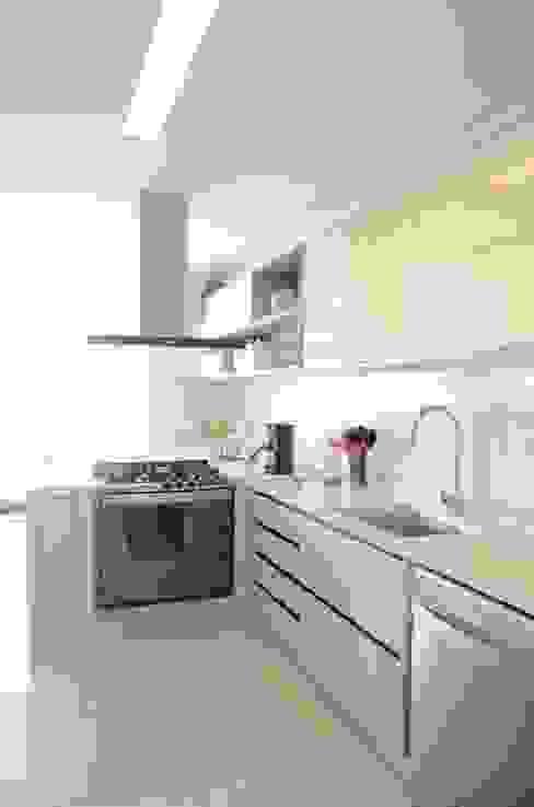 Cozinha com iluminação natural Priscilla Pieczykolan . Arquitetura Armários e bancadas de cozinha Bege