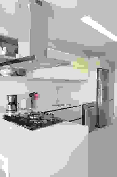 Cozinha super funcional e clean. Priscilla Pieczykolan . Arquitetura Armários e bancadas de cozinha Bege