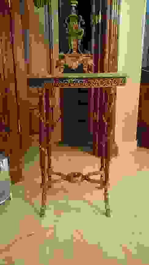Oval side table decorated with bronze: كلاسيكي  تنفيذ NADIA .Gallery, كلاسيكي نحاس/برونز