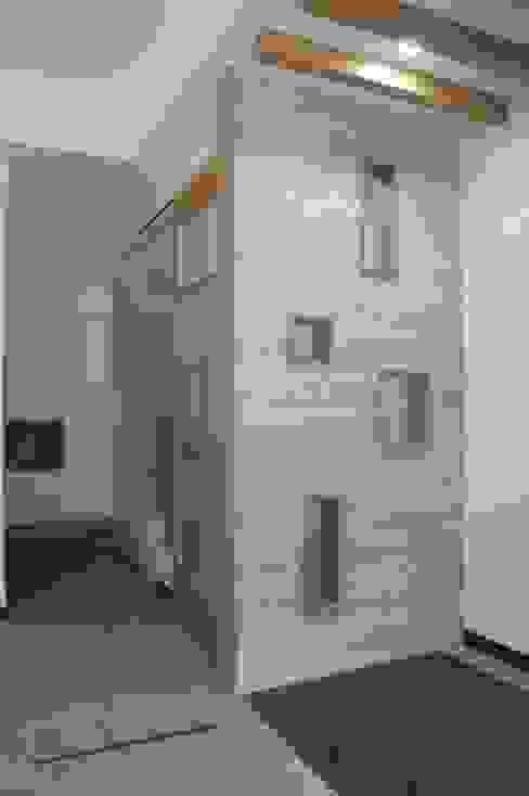 玄關屏風設計 houseda 亞洲風玄關、階梯與走廊 磁磚 Wood effect