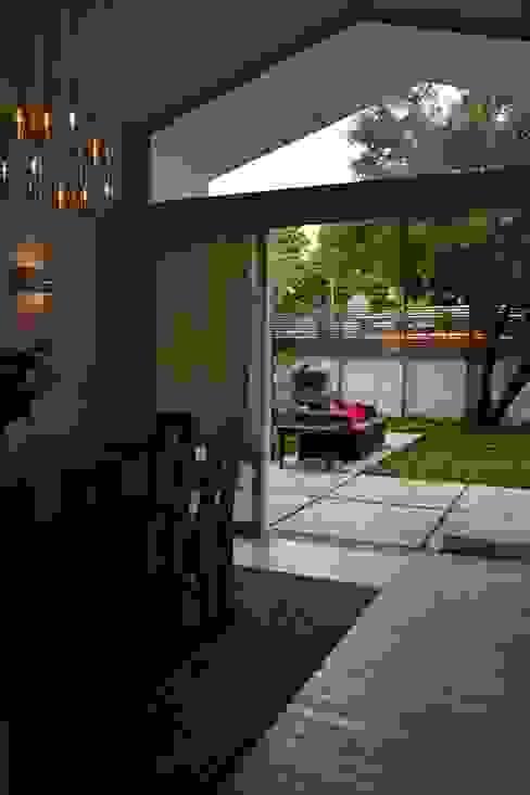 Ventanal, vinculación con patio. Livings de estilo moderno de homify Moderno