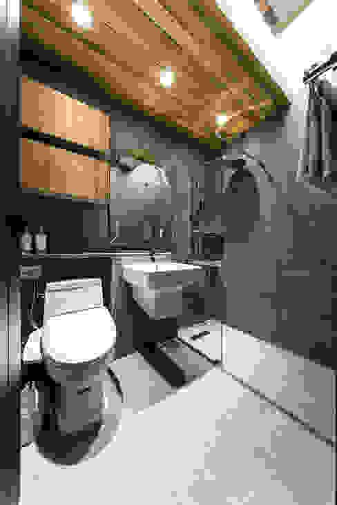 공용 욕실: 다빈710의  욕실