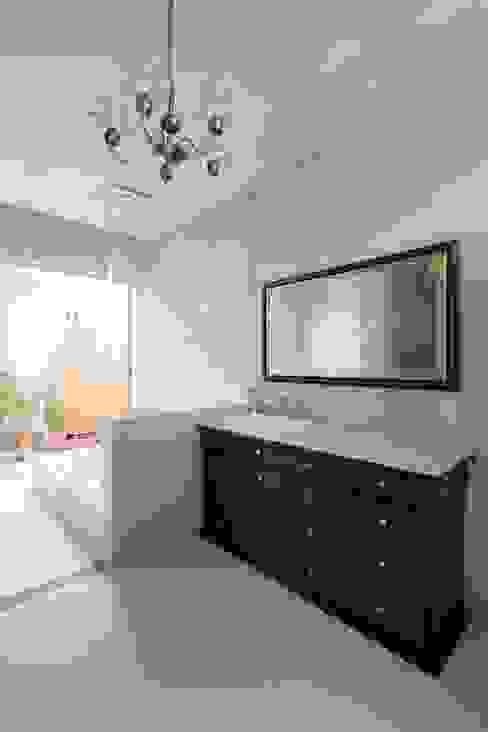 ORIENTAL SKY HOUSE モダンスタイルの お風呂 の 株式会社横山浩介建築設計事務所 モダン