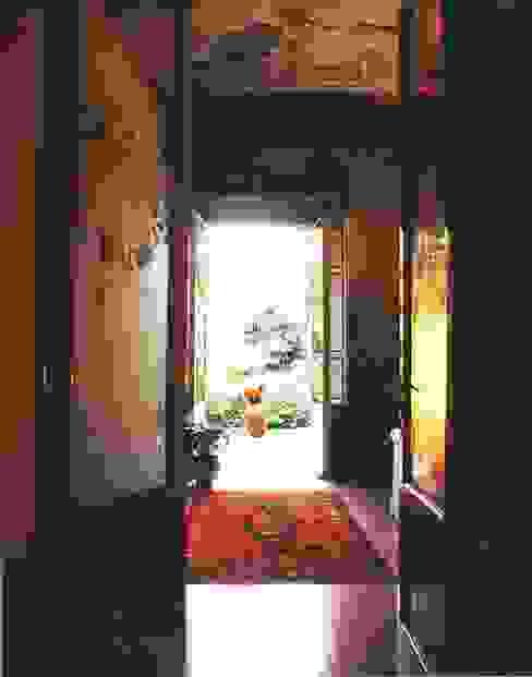 Ristrutturazione e restauro di appartamento in edificio vincolato Ingresso, Corridoio & Scale in stile moderno di Studio Galantini Moderno
