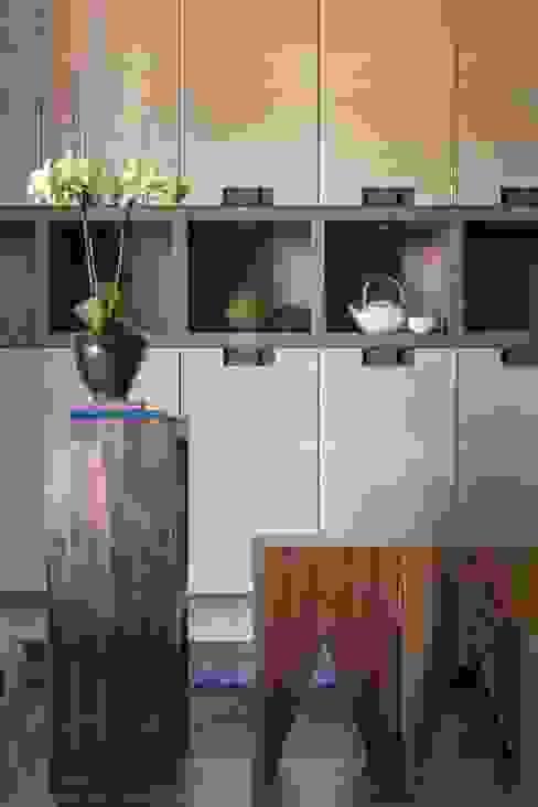 玄關處的收納櫃也兼具展示櫃的功能 根據 宸域空間設計有限公司 古典風
