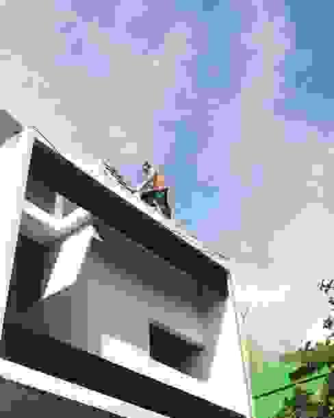 Konstruksi 6.10 House:  oleh Tigha Atelier,