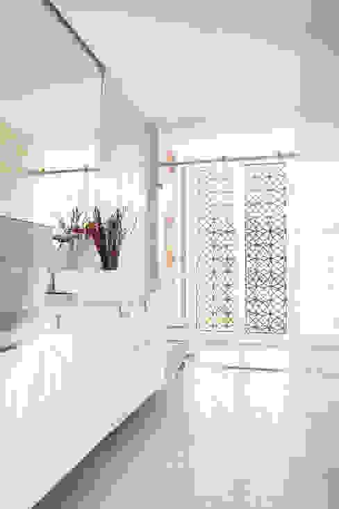 Baño Tamiz de luz Baños de estilo minimalista de SP_Arquitectura Minimalista Cerámico