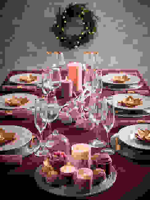 Mesa decorada con una vajilla, un mantel y decoración de la tendencia Wonderful homify ComedorAccesorios y decoración Morado/Violeta