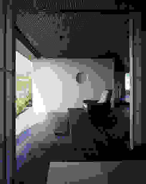 客間からホールを見る: 松岡淳建築設計事務所が手掛けたサンルームです。