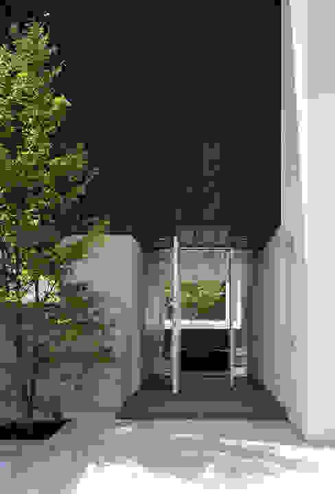 ファサード(来客用玄関): 松岡淳建築設計事務所が手掛けた家です。