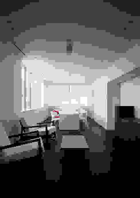 Salas / recibidores de estilo  por 松岡淳建築設計事務所, Moderno